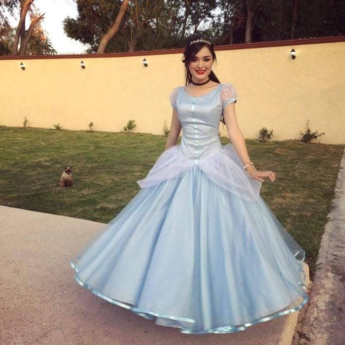 mujer con vestido de princesa