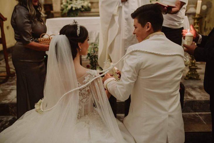 mujer con vestido de novio y hombre de blanco boda