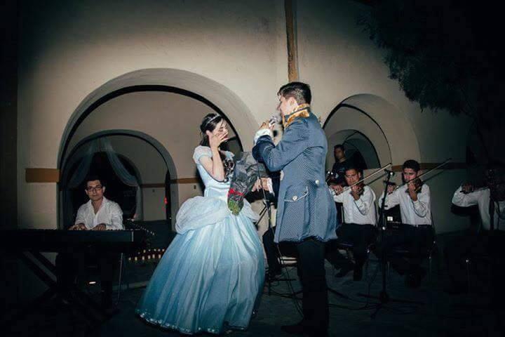 mujer con vestido azul hombre vestido de príncipe