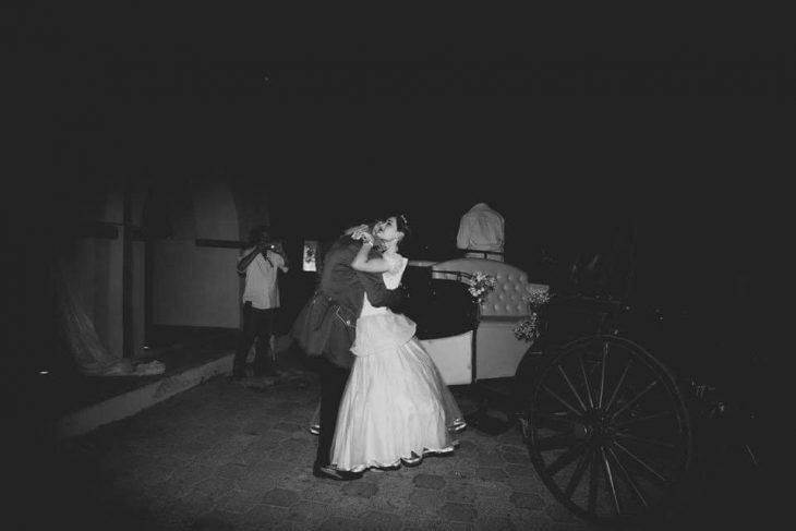mujer y hombre bailando junto a carroza
