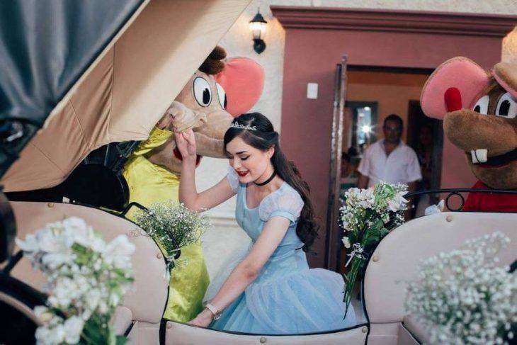 mujer con vestido azul subiendo a carroza