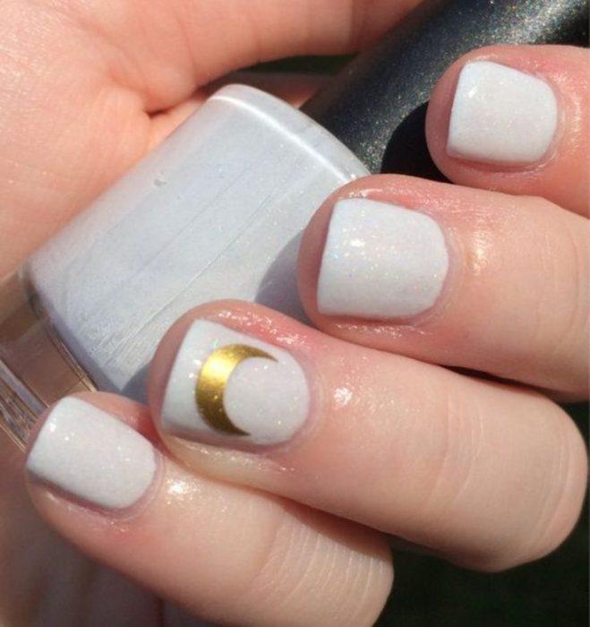 manos con uñas color azul cielo