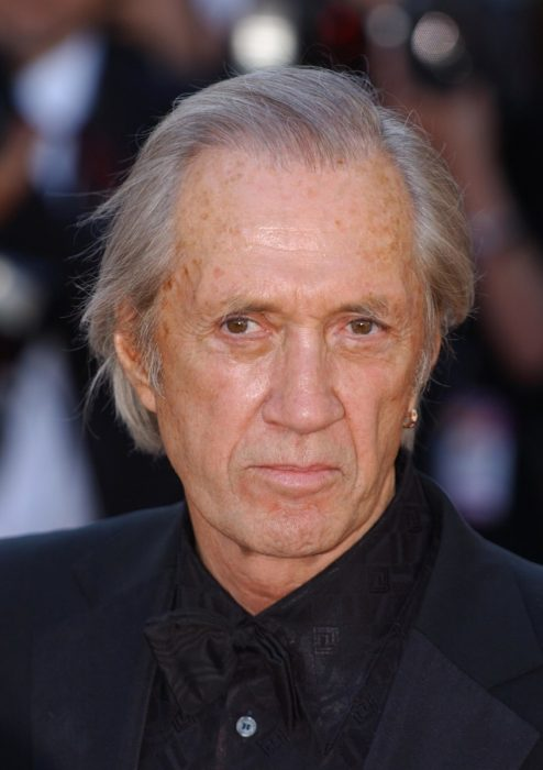 Actor David Carradine en una alfombra roja
