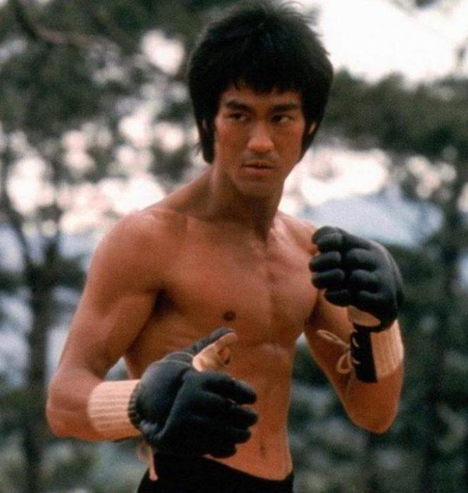 Bruce Lee haciendo una pose de lucha