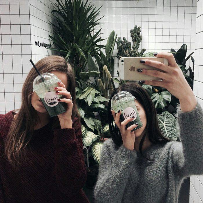 chicas tomando una malteada