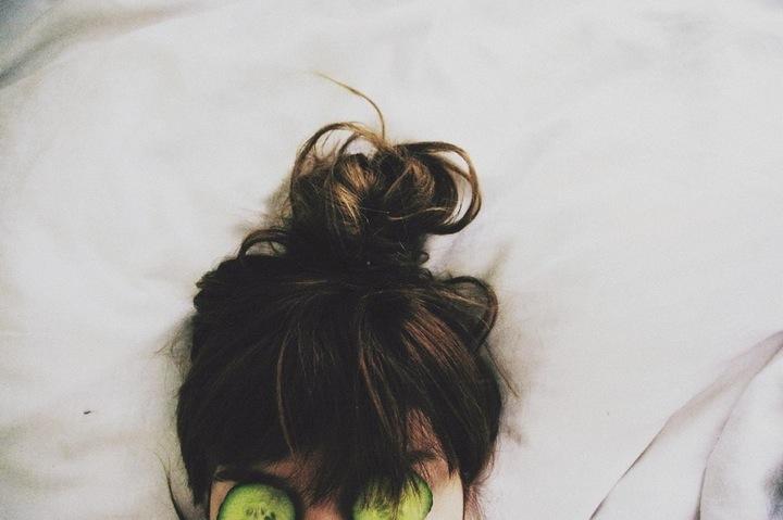 chica con rodajas de pepino en la cara