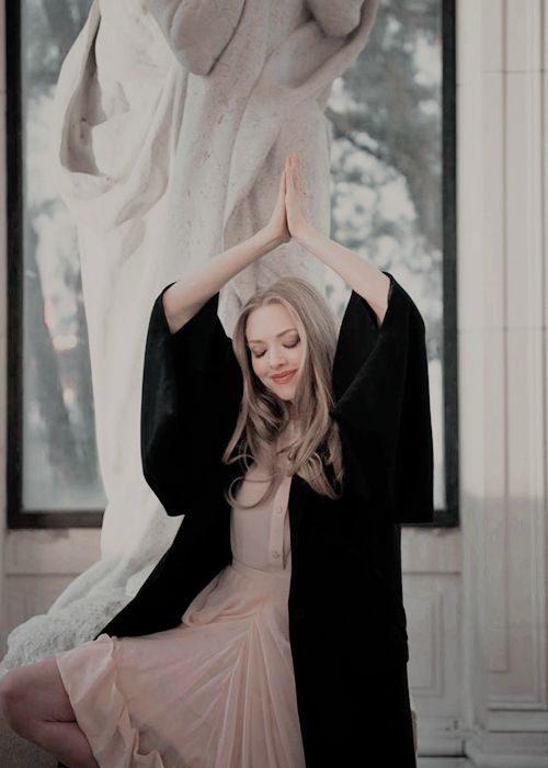 chica alzando los brazos