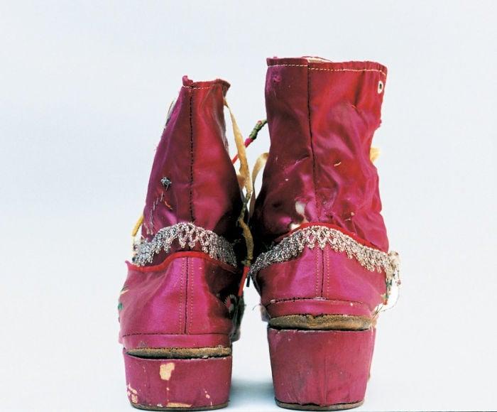 Zapatos de tacón de diferente alturas