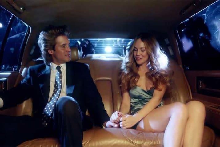 pareja de novios en un auto