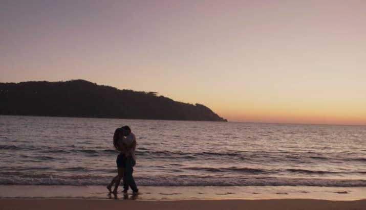 pareja d enovios en la playa