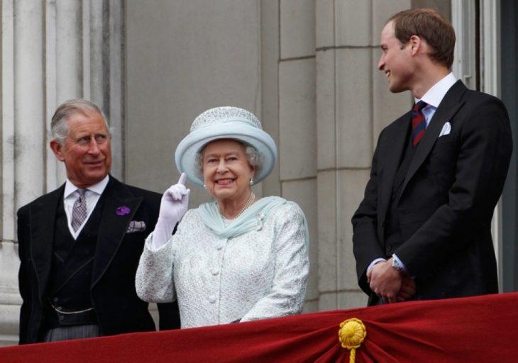 familia real inglesa sobre el balcón