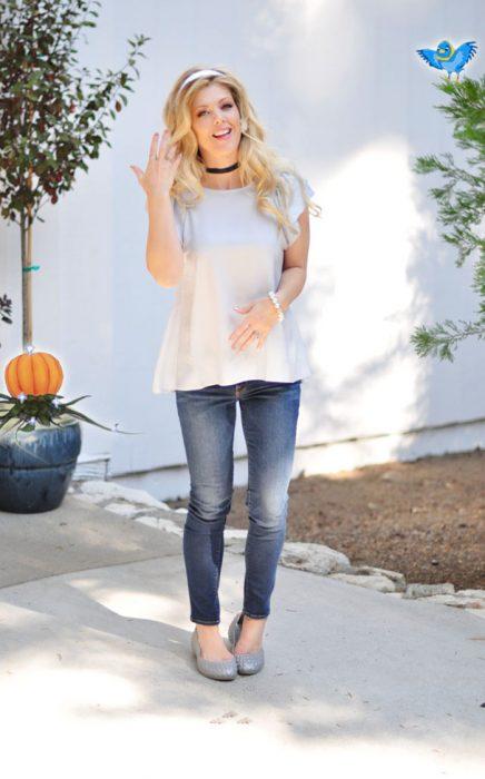 mujer con blusa azul y jeans de mezclilla