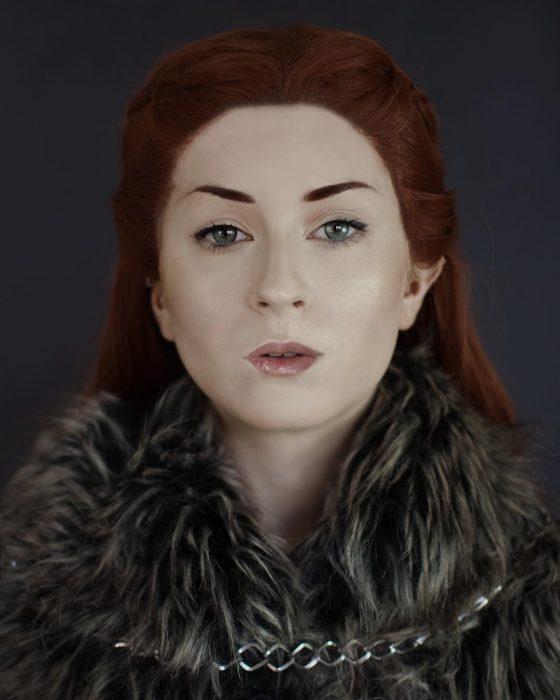 chica con cabello rojo