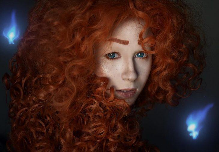chica con cabello rizado y rojo