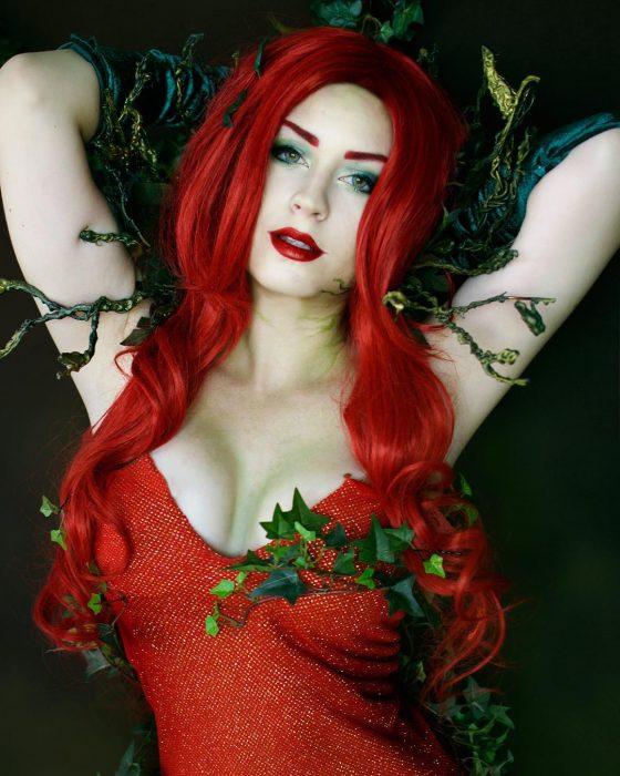 chica con peluca roja