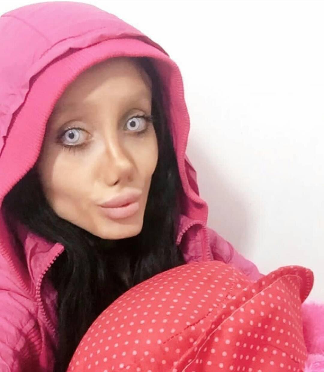 Chica con exceso de maquillaje que quiere ser como Angelina Jolie