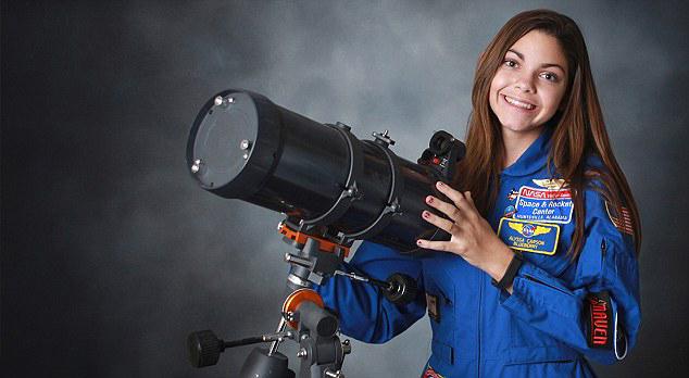 Alyssa Carson chica que podría viajar a Marte en el 2033 viendo un telescopio