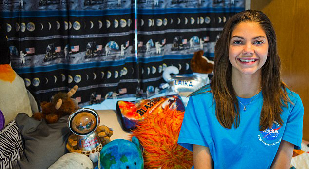 Alyssa Carson chica que podría viajar a Marte en el 2033 sentada en su cama