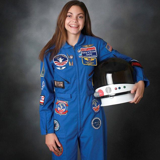 Alyssa Carson chica que podría viajar a Marte en el 2033 sosteniendo un casco de astronauta