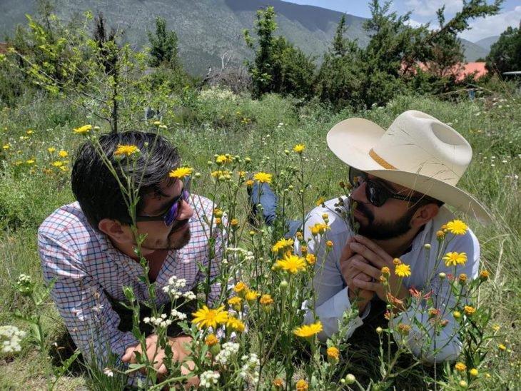 Chicos sentados en el pasto durante una sesión de fotos