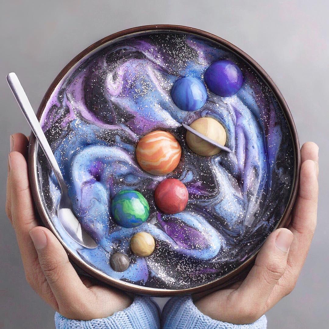Chico hace obras de arte con comida