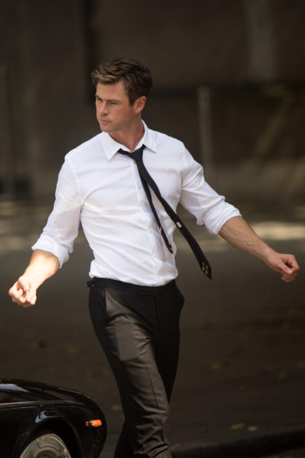 Chris Hemsworth vestido con un traje blanco con negro