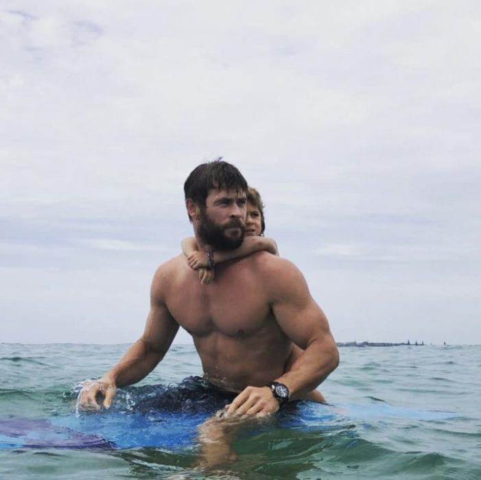 chico sin camisa y en el mar
