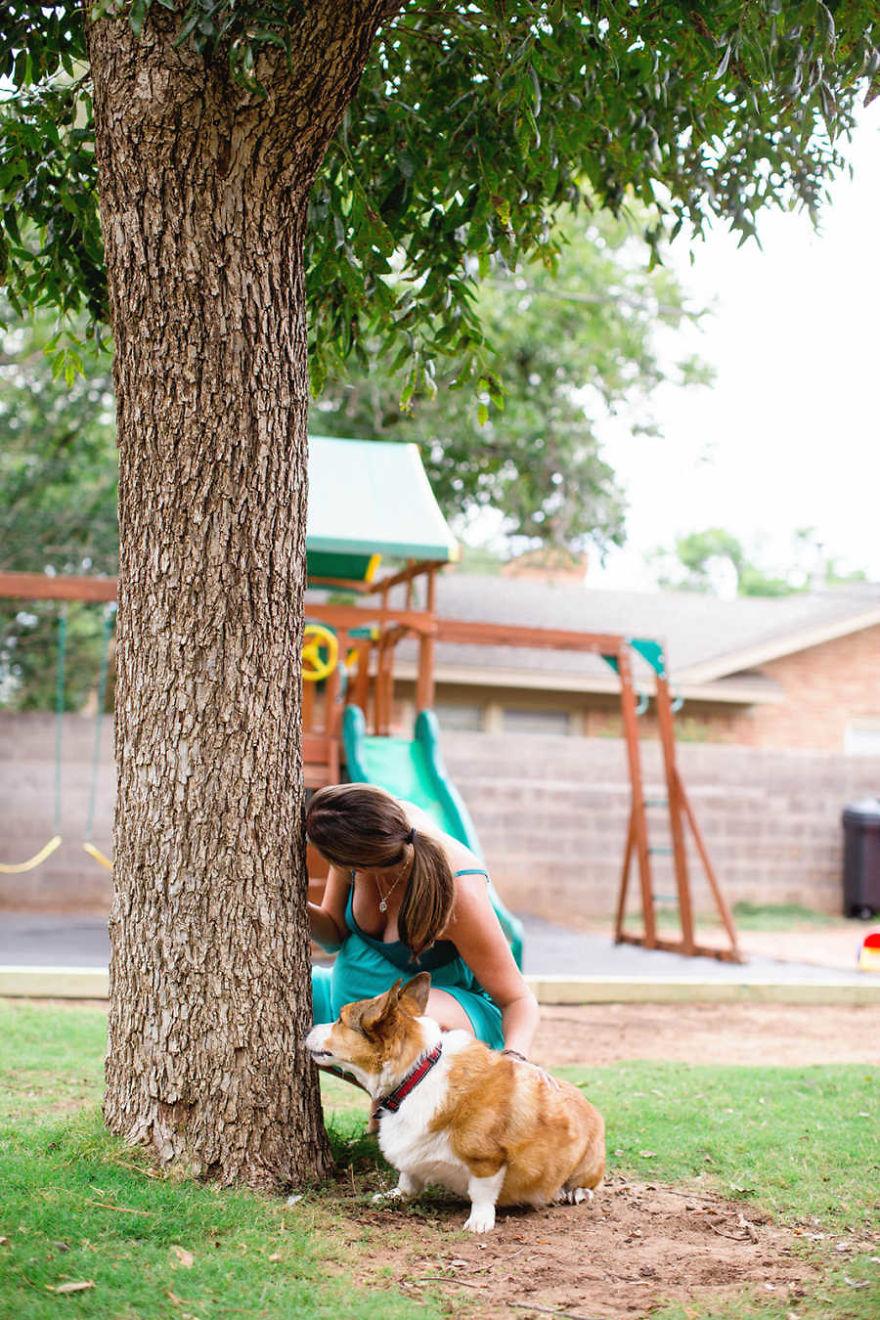 Mujer sujetada a un árbol mientras tiene contracciones