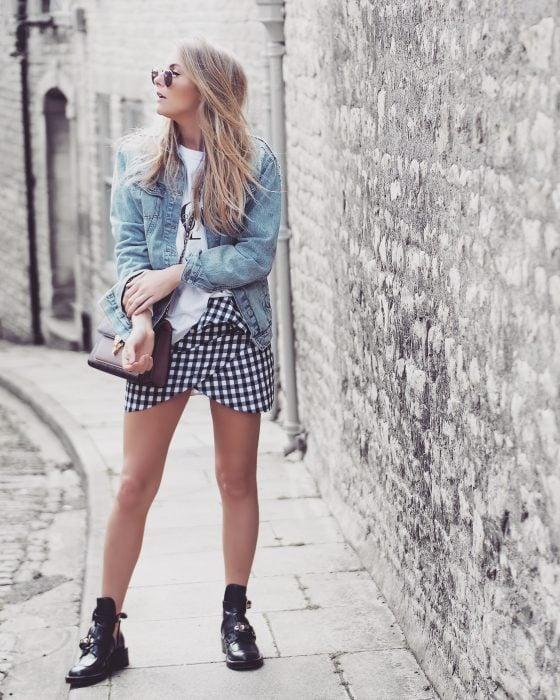 chica con falda a cuadros