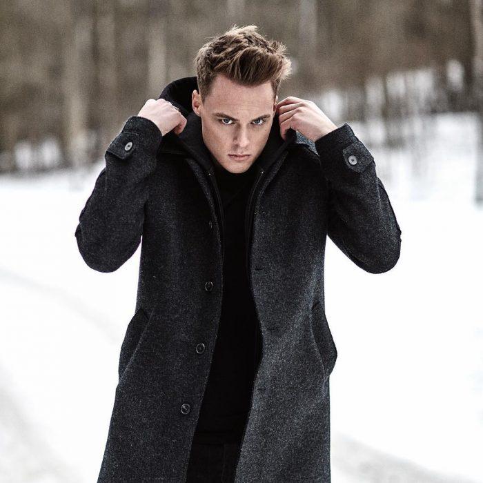 chico con abrigo negro