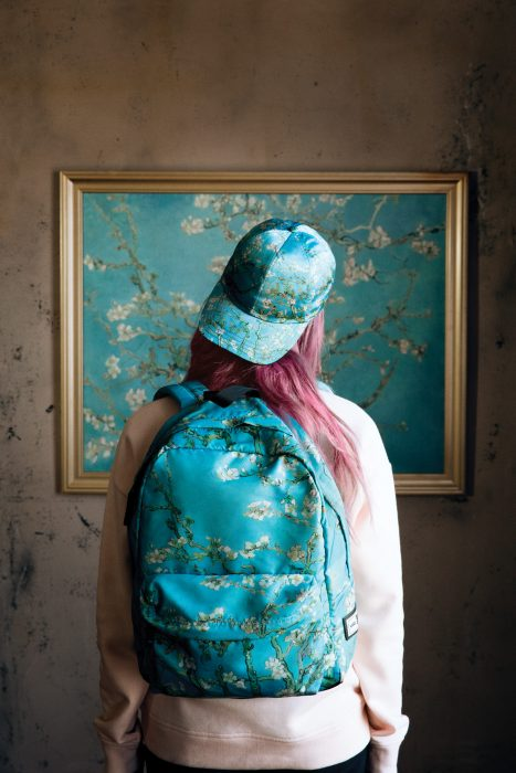 mujer con mochila y gorra azul