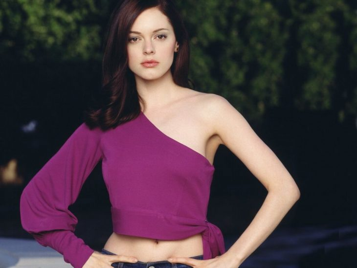 chica usando blusa color lila