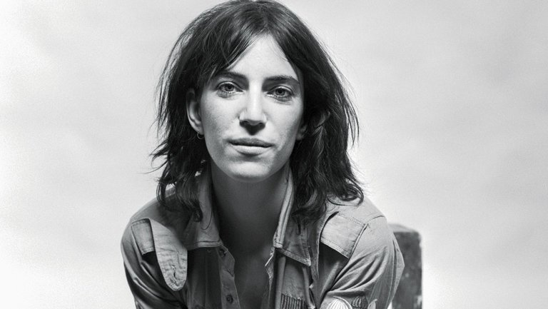Patti Smith posando para una fotografía