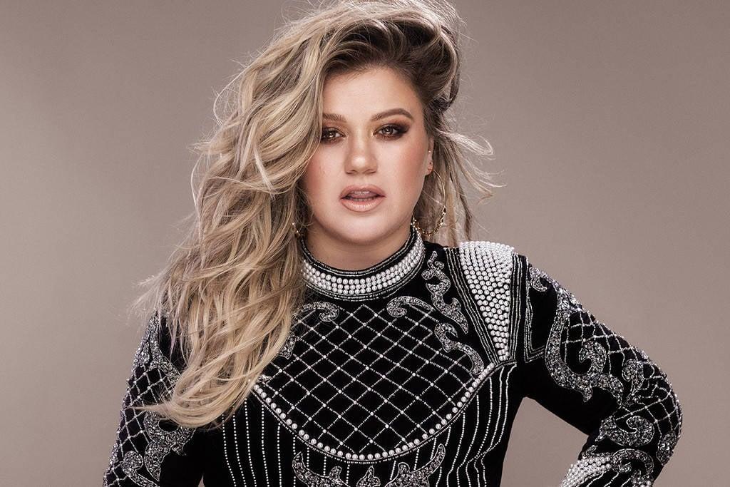 Kelly Clarkson en la portada de su disco