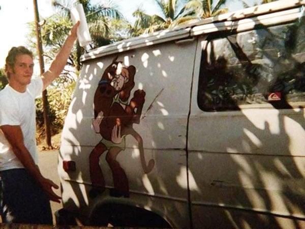 Chris Pratt parado junto a su camioneta