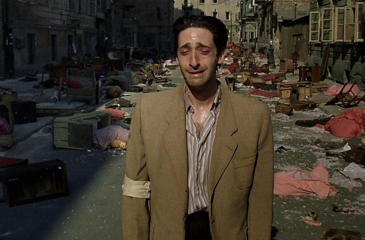 hombre llorando mientras camina