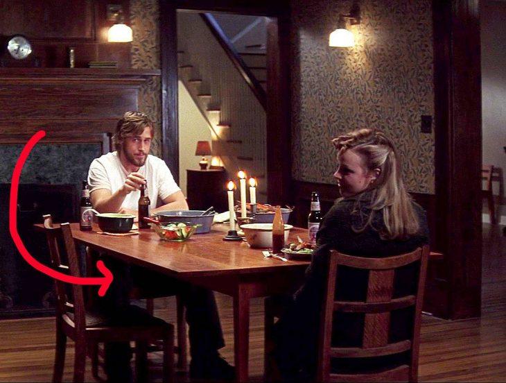 pareja cenando frente a la mesa