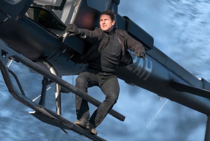 chico sobre un helicoptero