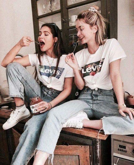 chicas comiendo Nutella
