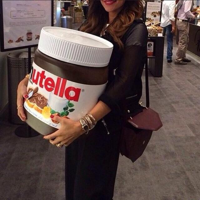 Chica cargando un frasco de Nutella