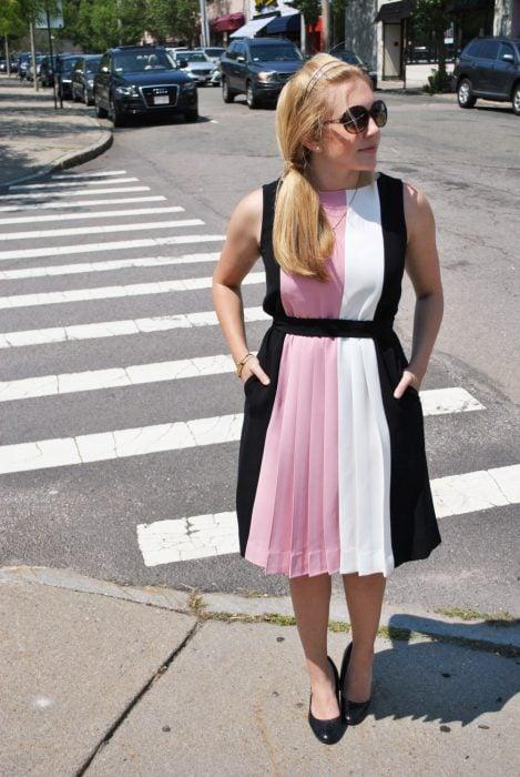 chica con vestido a rayas