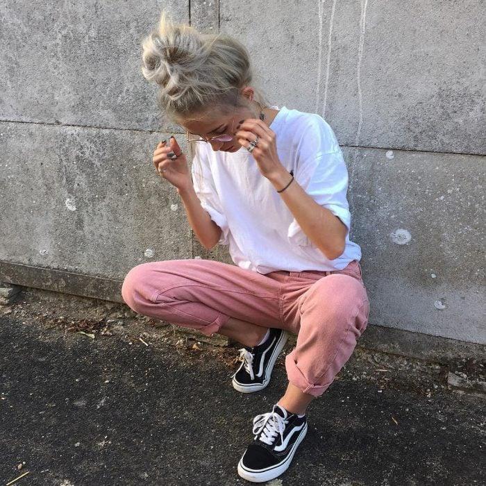 chica con pantalón rosa pastel