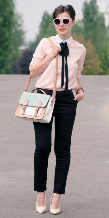 chica con camisa de vestir rosa