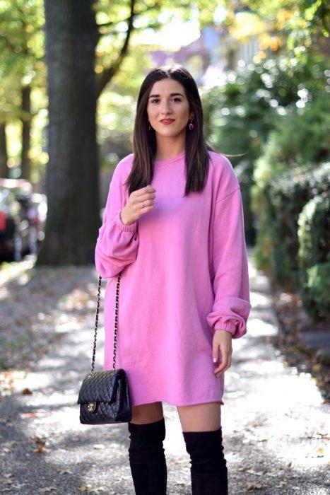 chica con camisón rosa