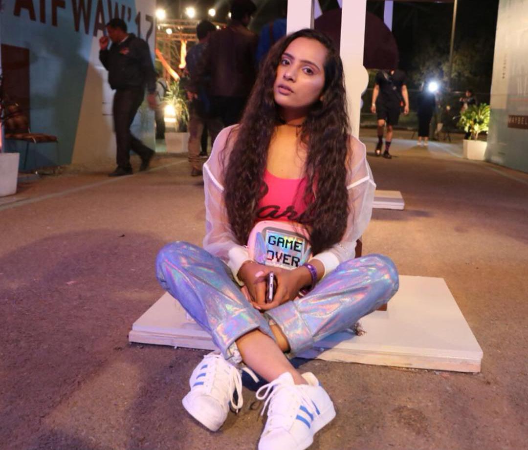 Chica usando uno jeans de Unicornio