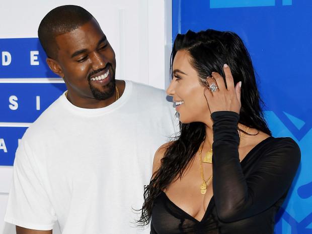 Kim Kardashian y Kanye West mirándose