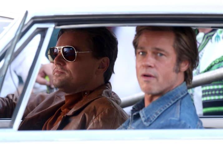 hombres viajando en carro