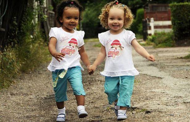 niñas corriendo tomadas de las manos
