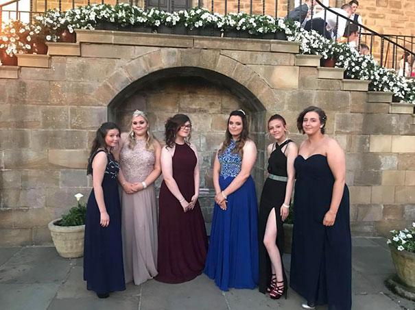 Chicas posando para una foto el día de su graduación