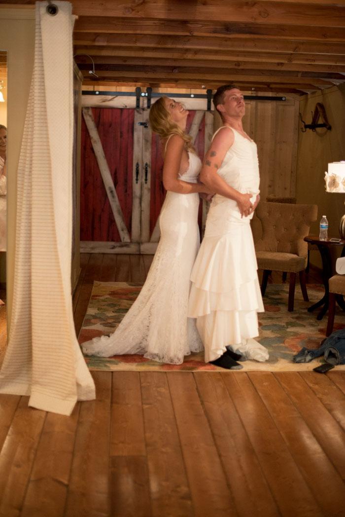 Novia y su hermano bromenado el día de su boda